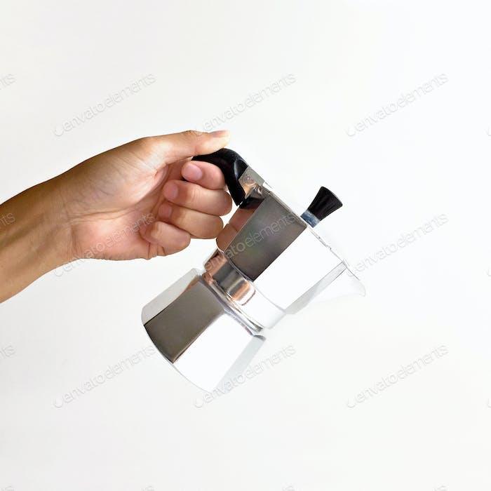 Espressokanne in der Hand