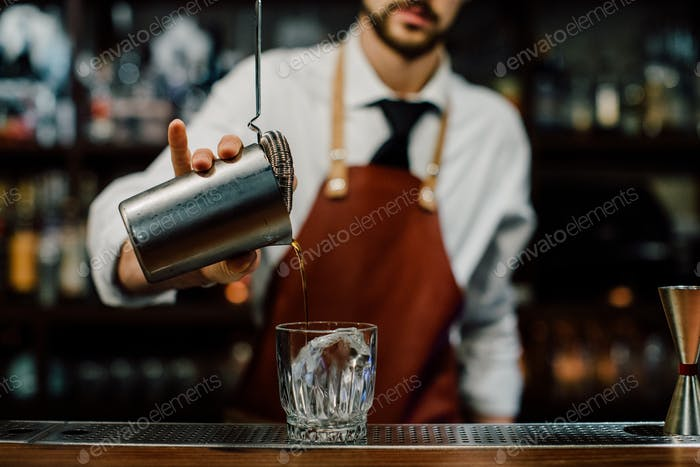 Barmann macht einen Drink
