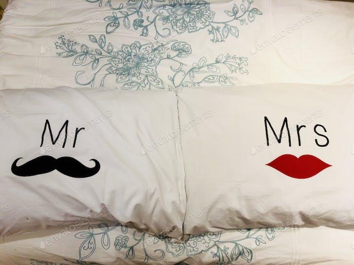 Bettkissen mit Mr & Mrs auf dem Kissenbezug Platz auf ein Bett mit Blumenlaken.      🌟 Akzeptiert 🌟