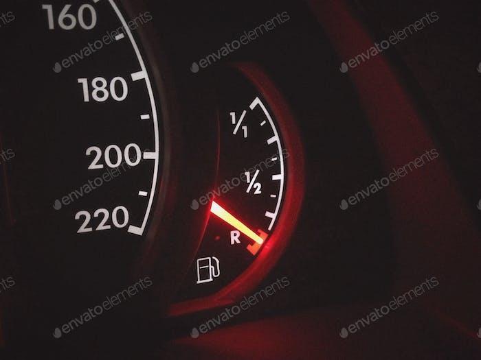 Niedriger Kraftstoffstand