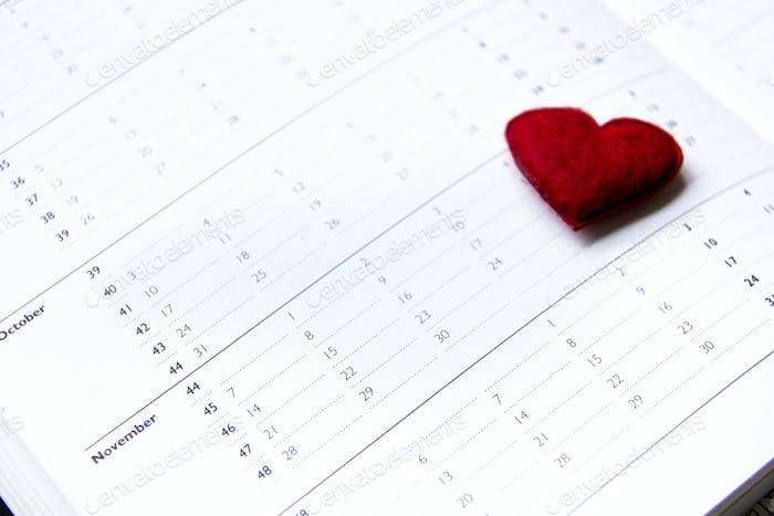 Kalender im November geöffnet und ein rotes Herz