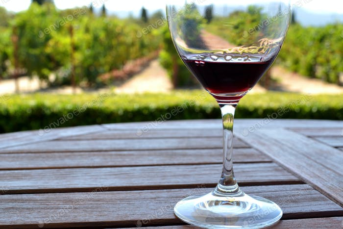Genießen Sie ein Glas Merlot mit Blick auf den Weinberg in Napa Valley, Kalifornien.