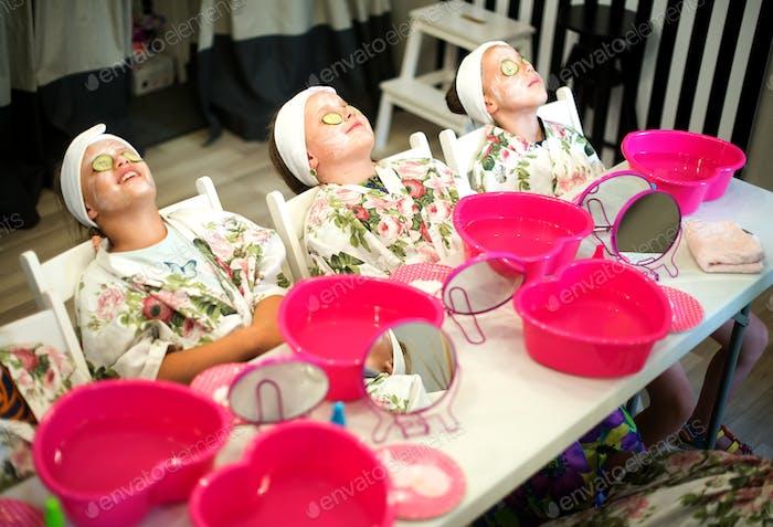 Mädchen genießen die Aufregung einer Geburtstagsparty in einem Kinder-Spa
