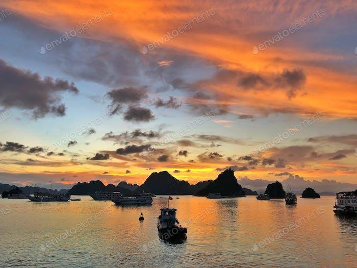 Sonnenuntergang an der Halong-Bucht, Vietnam