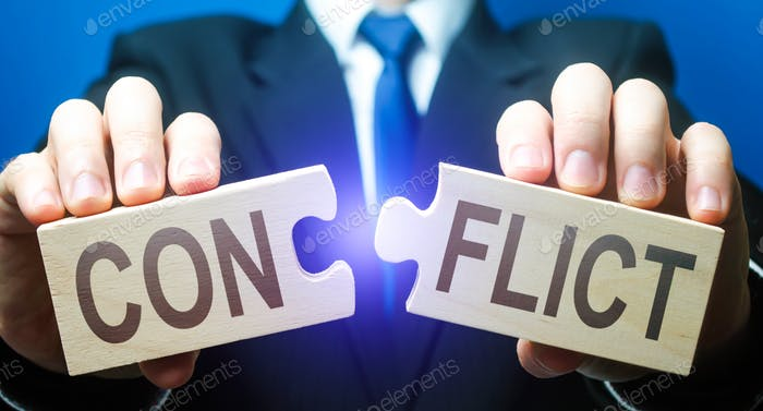 El hombre rompe rompecabezas con palabra Conflicto. Solución de controversias y conflictos en las negociaciones. Ven a
