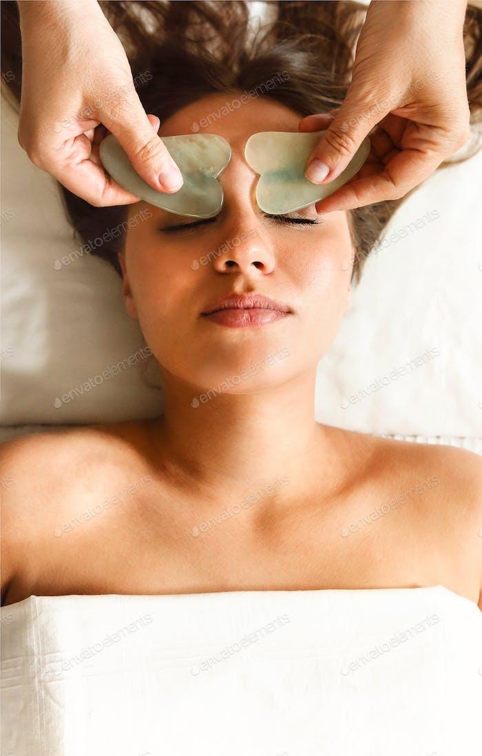 Gesichtsmassage oder Schönheitsbehandlung im Spa-Salon