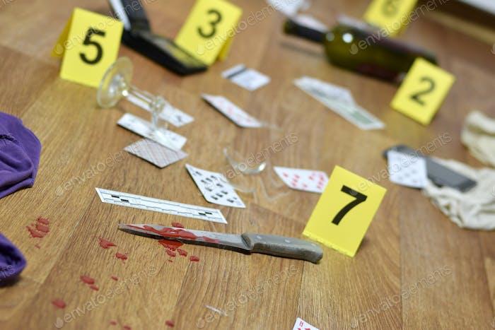 Tatort-Untersuchung - Nummerierung von Beweisen nach dem Mord in der Wohnung
