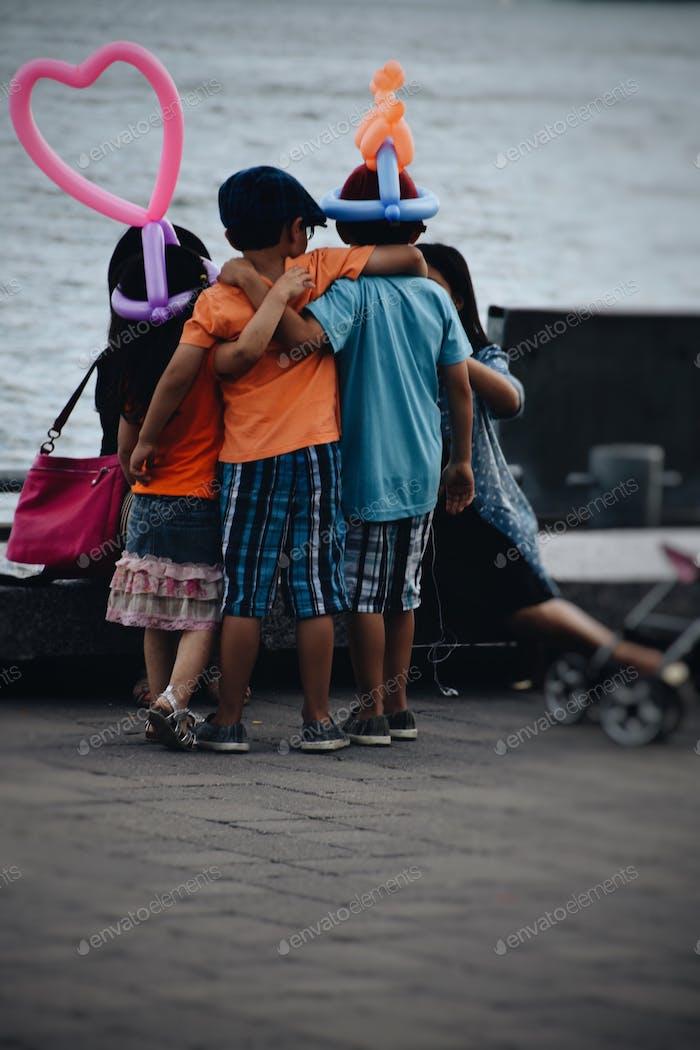 Kinder mit Luftballons posieren für ein Bild