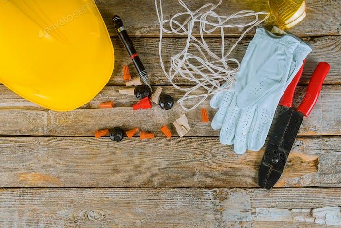 Técnico electricista en el trabajo prepara las herramientas y cables utilizados en la instalación eléctrica del hogar
