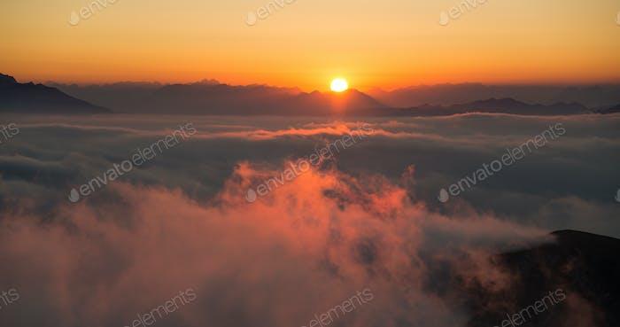 Dramatisch und neblige Berge Sonnenuntergang