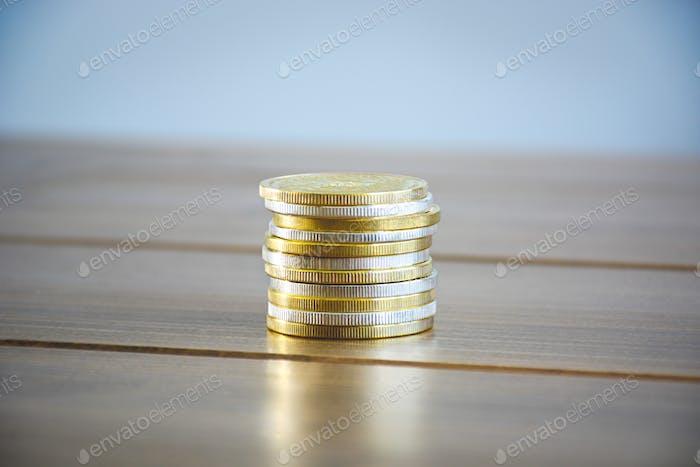 Apila criptomonedas doradas y plateadas juntas en la mesa. Nuevas monedas criptográficas de dinero virtual