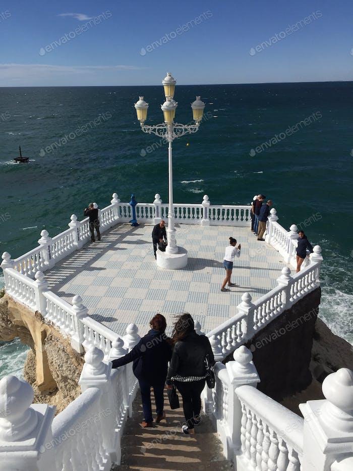 Touristen in Benidorm, Spanien. Mittelmeer.