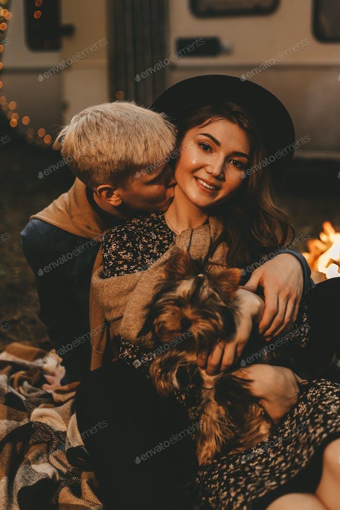 Paar verliebt Glück Liebe Nachtleben van Urlaub Reisen Touristen Wohnmobil Romantik Nacht Wald