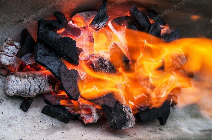 Brennende Holzkohle mit glühender Flam