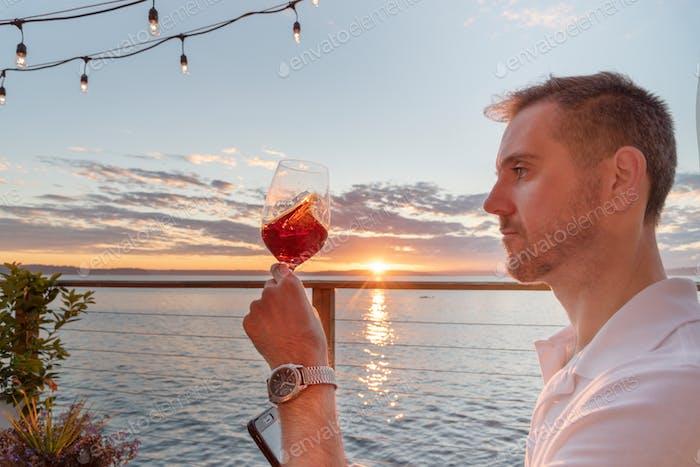 Wirbelnder Wein in der Hand