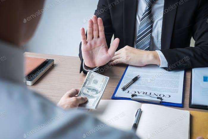 Contra el soborno y la corrupción concepto, Hombre de negocios que se niega y don
