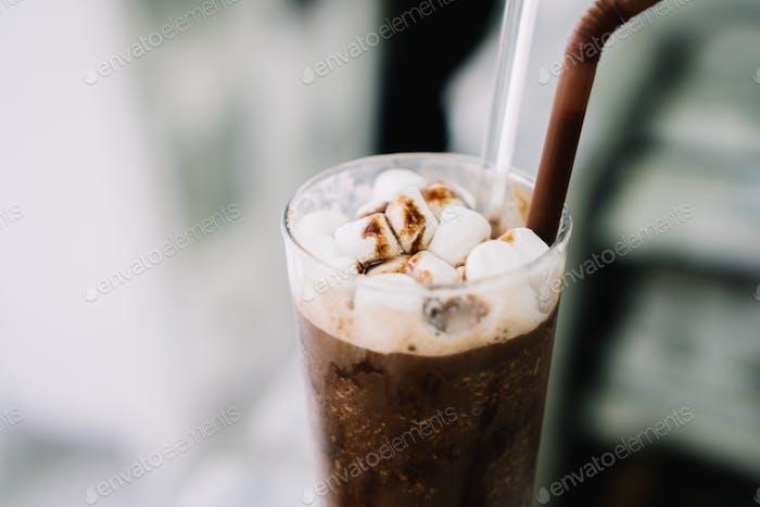 Eisschokoladenfrappe mit Marshmello aus nächster Nähe