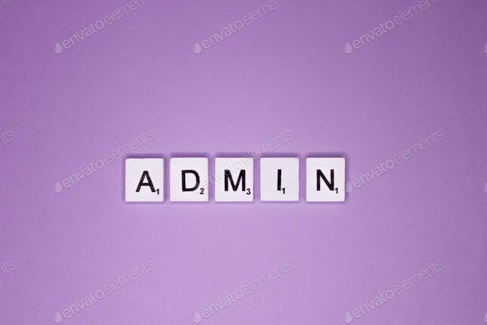 Admin scrabble letras palabra sobre un fondo violeta