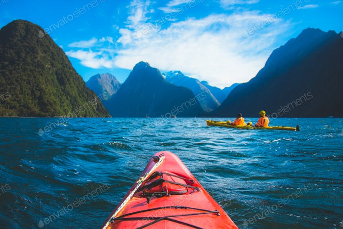 Nominierte \* Kajakfahren auf dem offenen Wasser eines großen Wassers in den Fiords des Milford Sound