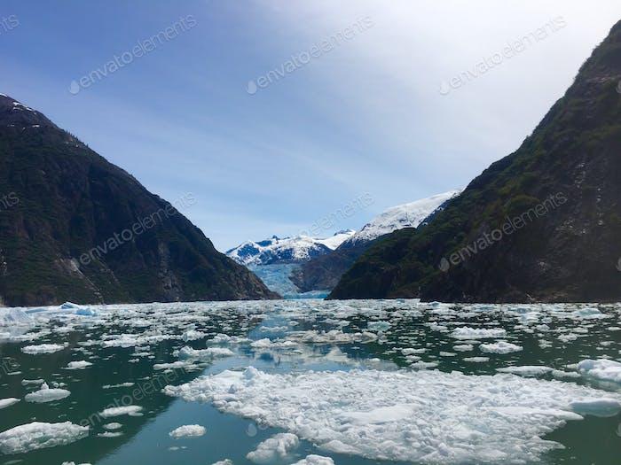 Eisbeutel umgeben die Gletscher in Alaskas innerer Passage