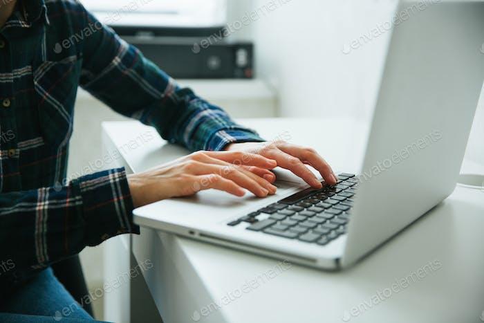 Personas que usan un portátil