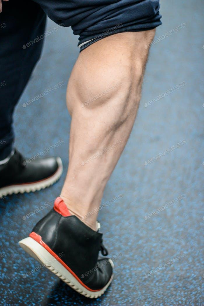 Мускулистая мужская ножка