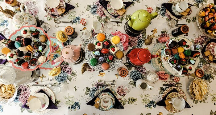 Helle und farbenfrohe Teestunde, bereit, sich hinzusetzen und die Feier zu genießen.