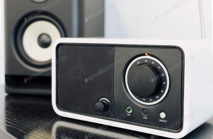 Close-up selektives Fokusbild von Audio gerät, FM-Tuner, Lautsprecher auf dem Tisch.