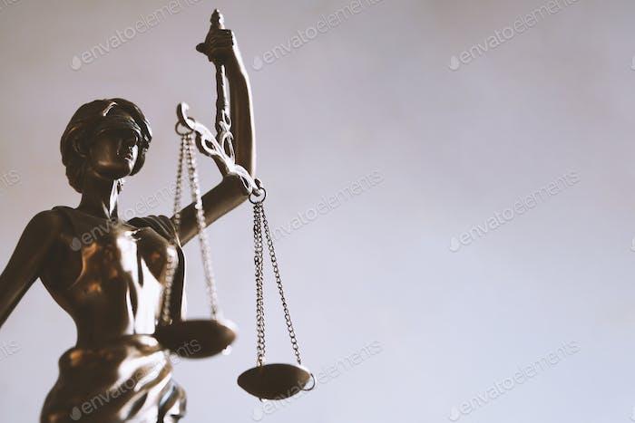 Lady Justitia o estatua de Justitia con los ojos vendados y escamas es un símbolo para la ley y los conceptos jurídicos.