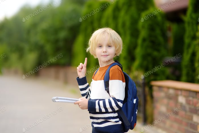 Niedlicher kleiner Junge mit Idee und Zeigefinger nach oben. Insight-Konzept.
