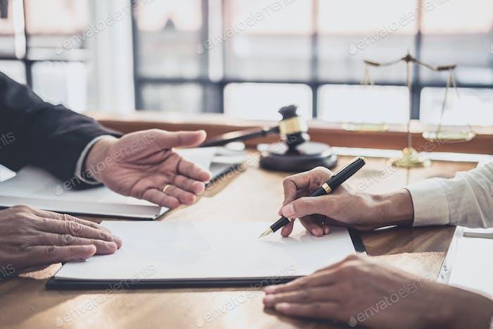 Consulta de empresaria y abogado masculino o consejero juez que tiene reunión de equipo con el cliente