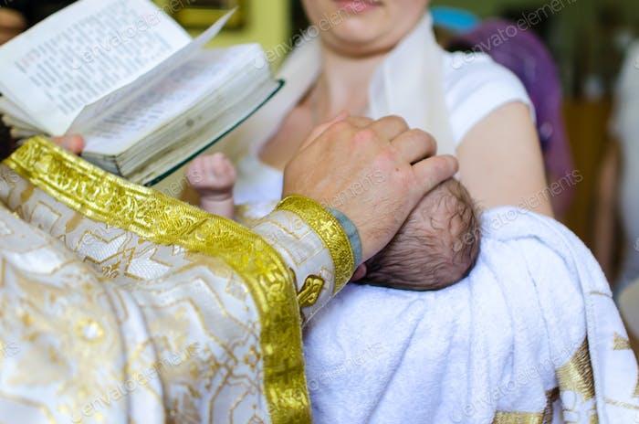 Taufe des kleinen Mädchens