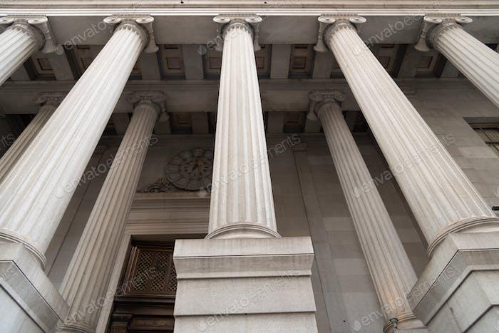 Bundesbausäulen suchen nach oben.