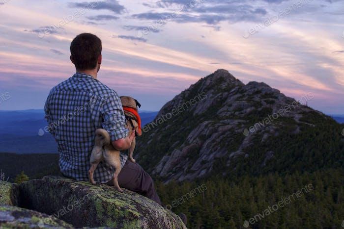 Sonnenuntergang auf dem ersten Schwestergipfel mit Blick auf Mount Chocorua im White Mountain National Forest, New Hamp