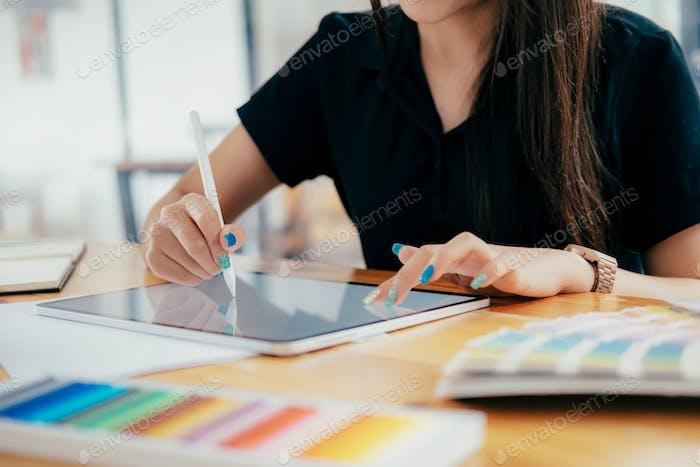 Diseñador creativo gráfico en el trabajo