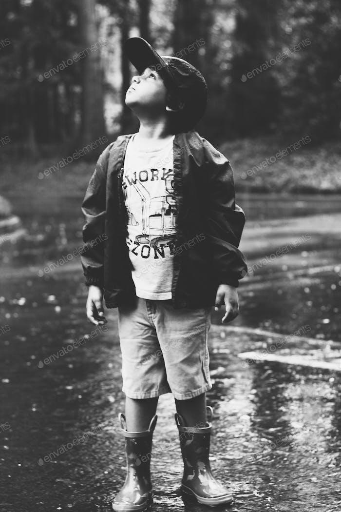 Día lluvioso y niño optimista