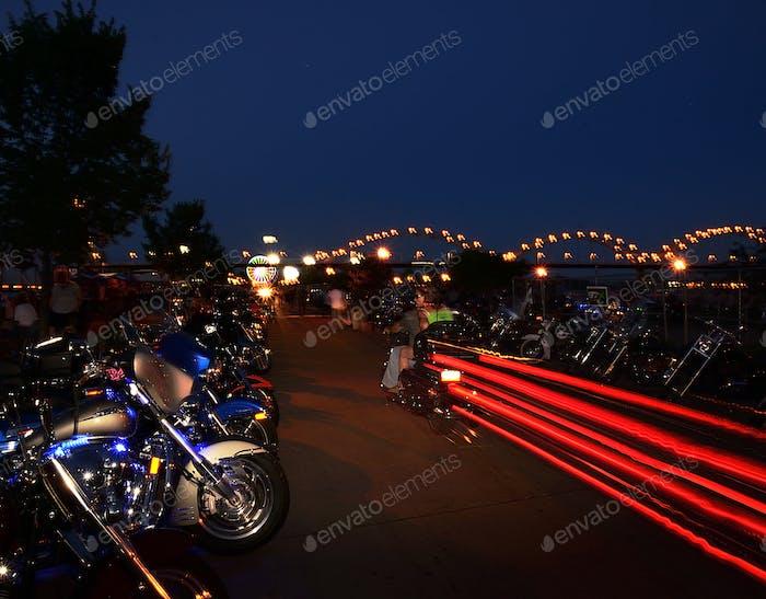 Streifeneinfahrt - ein Paar fährt in eine Motorrad-Rallye, die kurz danach auf dem Mississippi stattfindet