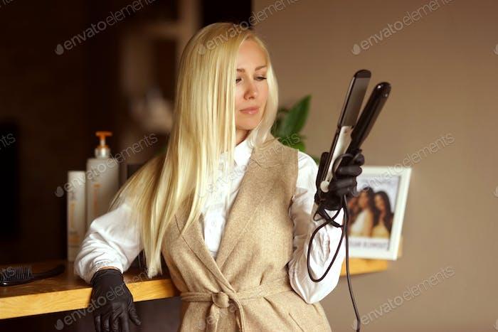 Ein blondes Mädchen arbeitet als Friseur