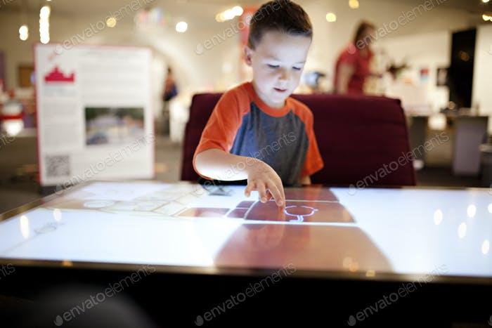 дети играют на гигантском сенсорном экране