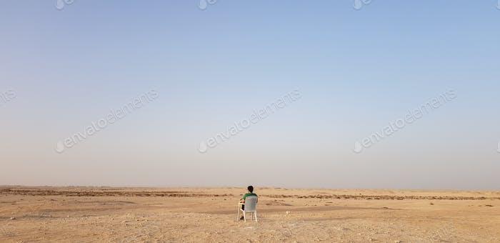 Hombre en ninguna parte; desierto: vacío: hombre solo: Medio Oriente: un hombre: