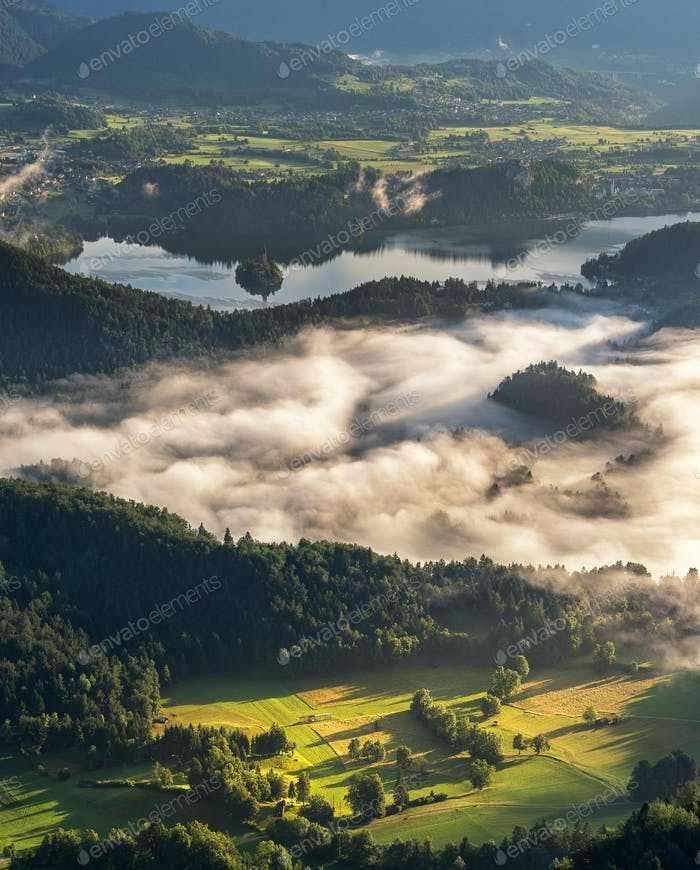 Dorf und Landschaft an einem nebligen Morgen