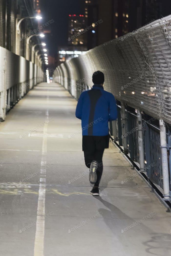 Correr el puente de Manhattan por la noche