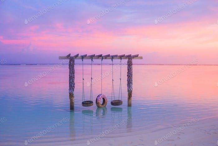 Rosa Sonnenuntergang am Strand auf den Malediven