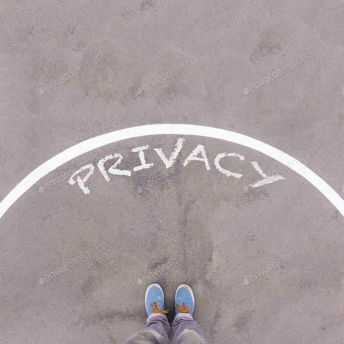Texto de privacidad en suelo asfáltico, pies y zapatos en el suelo, concepto de pie de perspectiva personal