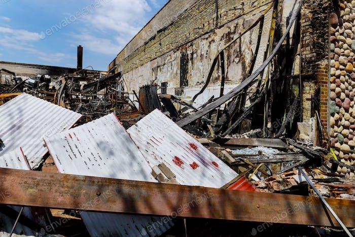 Vandalismo o venganza, quemados daños interiores después de disturbios de protesta en Estados Unidos