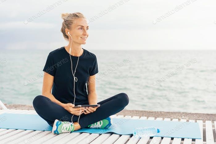 Kopfhörer; Smartphone; Gadget; Fit; Musik; Frau; Training; Kaukasisch; Fitness; weiblich; Mädchen; Traini