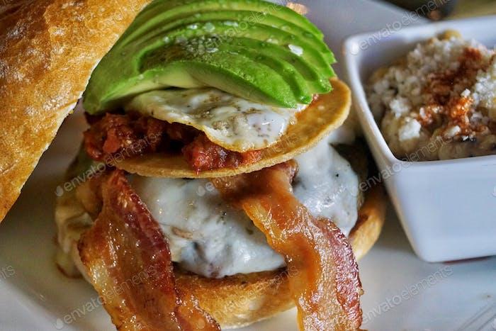 Beeindruckend! Köstlicher einzigartiger Cheeseburger mit Avocado