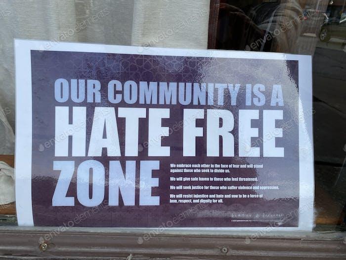 Un cartel dice que nuestra comunidad es una zona libre de odio