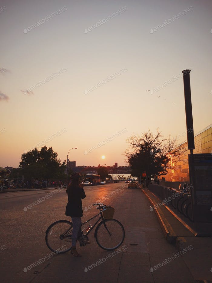 Finding the right moment during sunset bikeride
