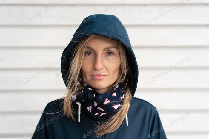 Frau in einem Mantel mit Kapuze